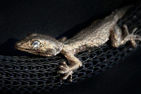Naturgetreuer Gecko auf Strickkette