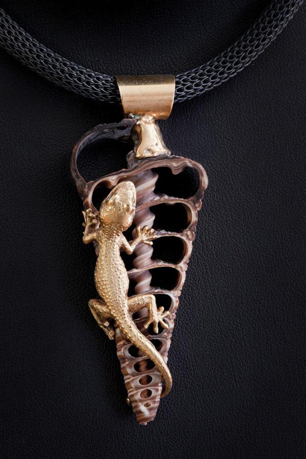 Naturgetreu Gecko auf Muschelsegment Collier